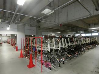 駐輪場も管理人さんの整備が行き届いておりとても綺麗です。 建物内にあるので雨にも濡れません。