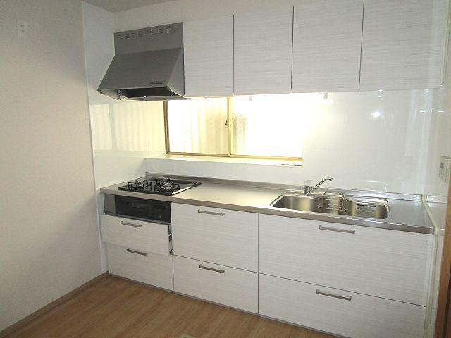機能的で収納力のあるシステムキッチン 窓があり明るく換気も嬉しい!