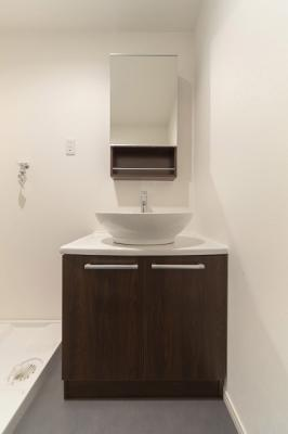 独立洗面台なら、電源コンセントがあるため、洗面台でドライヤーやヘアアイロン、コテなどを使えます。朝、洗面台で鏡を見ながら、水とドライヤーで寝癖を直せるので、忙しい朝の時短にも繋がりまよ(*^^*)