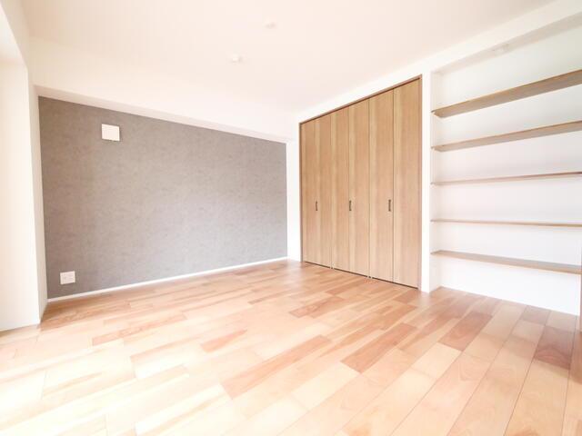 洋室は明るく採光がとれ、大容量のクローゼットがあります。実際にお住まいされる多くのご家庭に喜ばれる設計です♪