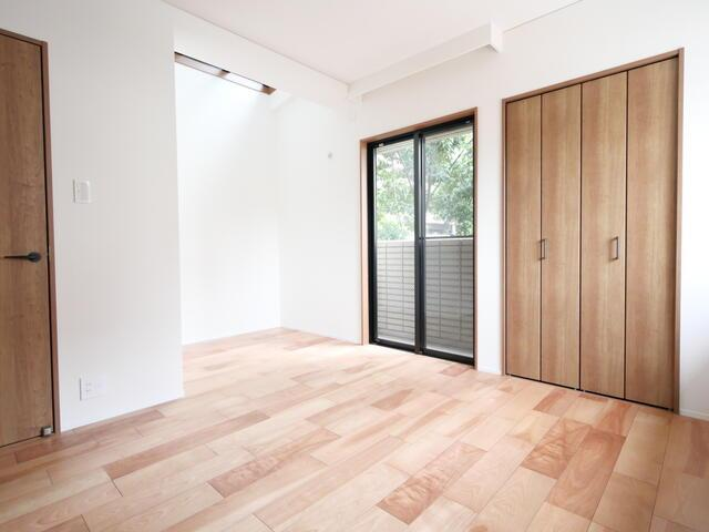 玄関側の洋室。各部屋にはクローゼットを完備しています!収納が多いお家はすっきりして快適空間です♪