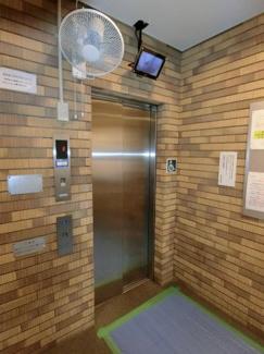 エレベーターにはカメラも付いており、 乗る前に中を確認できるので安心・安全に使用できます。