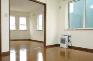 【居間・リビング】《高稼働!2004年築》札幌市北区北二十七条西5丁目一棟アパート