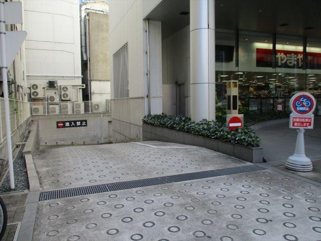 地下駐車場への出入口