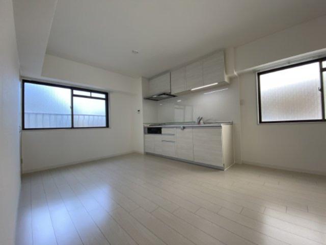 床や壁もリフォーム済みで白を基調にした空間は爽やかさや白は部屋を広く見せる効果があります#