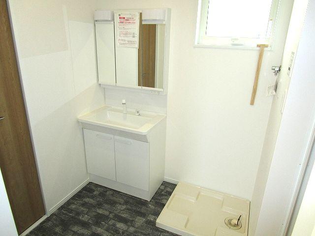 三面鏡付き洗面化粧台、小窓があり