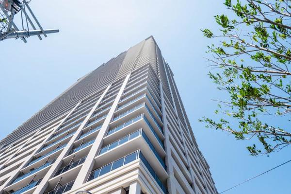 【外観】2020年建築。中津駅直結50階建てのシンボルタワー。上昇感をイメージしたシルエットが印象的な超高層タワーです。