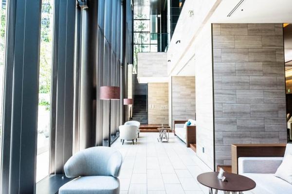 【グランドエントランス】美術館のような気品に、緑彩の美と、エレガントな様式美が響き合う。3層吹抜け天井高約10mを誇る光輝な空間「グランドエントランス」