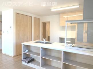 ダイニング側に収納がたっぷりキッチンです。岐阜市鏡島・書斎・小屋裏収納♪