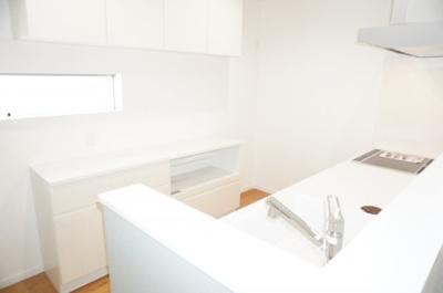 ☆キッチンの特徴☆ ・ハンドシャワー水栓 ・IHクッキングヒーター ・一度に5人分の食器が洗える食器洗い乾燥機、 ・収納力が格段にUPするカップボード ・パントリー