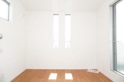 3F洋室3です。バルコニーに面した居室は、たっぷりと光が差し込みぬくもりを感じる空間。
