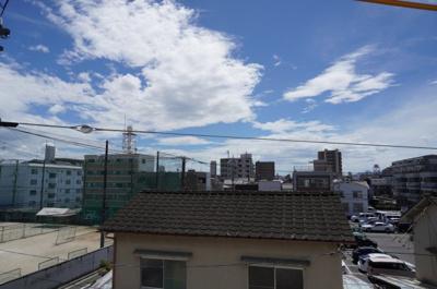 バルコニーから青空や爽やかな風を感じられ、毎日の暮らしに余裕を感じさせてくれる、遮る物の無い開放的な眺望を是非、ご堪能ください。