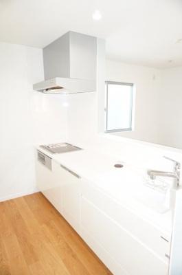 明るい自然光が入るキッチン作業スペースを多くとった対面キッチン。夫婦そろってキッチンに立っても調理がしやすく余裕の広さ。食器類もすっきりと片付く収納力。家事をしながら会話も弾みます。