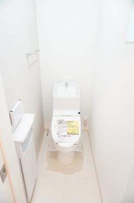 【サニタリールーム】 フチをなくした便器形状。 お掃除はサッとひとふきで完了! 渦を巻くようなトルネード洗浄で、 少ない水で、汚れをしっかり洗い流します。 2連ペーパーホルダーでもしもの時も慌てない!