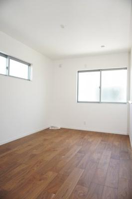 【東側洋室約6.8帖】 2面採光で明るく広く主寝室向きです。 ウォークインクローゼットも完備。 荷物も部屋に溢れる事なく広く使えます。 「すごもりストレージ」を作って リモートワークにも?