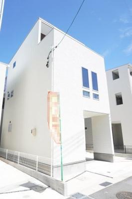2F和室部分に当たる、2連スリット窓が特徴的で、 モダンな外観に仕上がっています。 部屋の中も外も明るい白を基調としています。 外壁は防火性、遮音性に優れたサイディングを使用。 準防火地域仕様です。