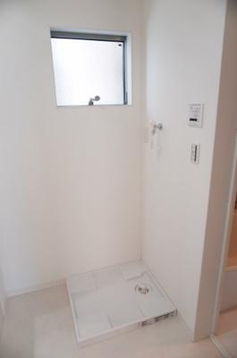 【パウダールーム】 嬉しい窓付きの洗濯機置場! しかも装着が楽なワンタッチ式の給水栓! ドラム式の洗濯機も入るサイズですが、 お手持ちのサイズが入るか要確認です!