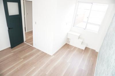 2F東側洋室です。バルコニーに隣接しているので、たっぷりと光が差し込みぬくもりを感じる空間。