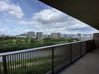 バルコニーから広がる眺めは、須恵川とその先にある広い箱崎公園の緑。 毎朝起きるとこの風景でリフレッシュできそうです