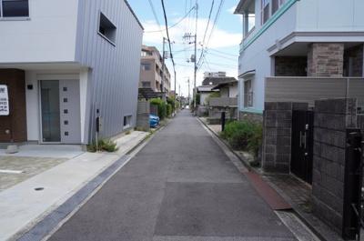 前面道路は約4m。交通量もほとんど無いので、ゆっくり車庫入れできます♪