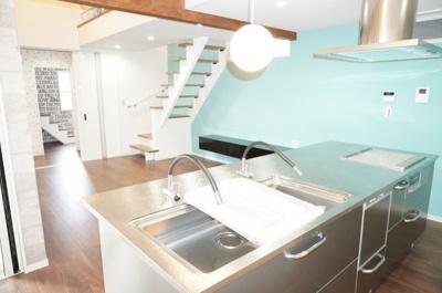 目の前にリビングが広がるオープンスタイルのアイランドキッチンでお料理しながら会話もはずみます。キッチンにいながらお天気のよさを感じられるスペースです。