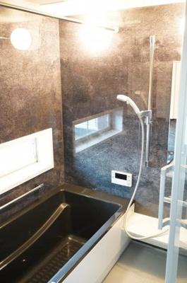 1日の疲れを癒す大きなお風呂。ヒートショックを防ぐ浴室暖房機能や、雨天時に洗濯物を乾かす浴室乾燥機能も付いています。