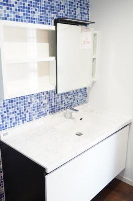 移動式鏡と、使いやすい洗面ボウルがうれしい洗面化粧台です。鏡横には日常的に使う物をスッキリ収納、下には洗剤の詰替えなど大容量に収納できます。