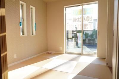 【Japanese-style room】 リビングに隣接した和室。 冬はコタツを置いたり、優しい畳の感触は 赤ちゃんのお昼寝にもぴったりです! 居室スペースとしてだけでなく客間としても!