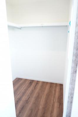 主寝室にあるウォークインクローゼットはかなり収納力があります!
