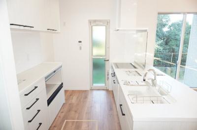 【システムキッチン】 明るい自然光が入るキッチン作業スペースを多くとったキッチン。 夫婦そろってキッチンに立っても調理がしやすい! 食器類もすっきりと片付く収納力。 家事をしながら会話も弾みます。