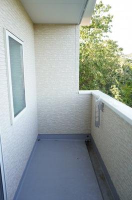 【使い易いバルコニー】 2面バルコニーの内東側洋室約7.5帖前の メインバルコニー。 爽快な青空と、 木々の新緑を望むことができます。 また、陽もよくあたり、洗濯物もすぐに乾きそうです!