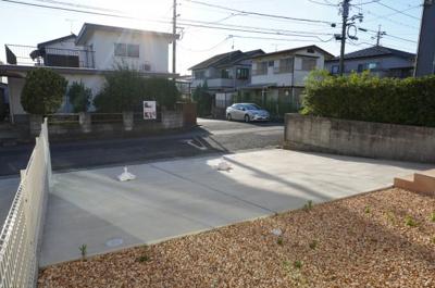 駐車スペースがこれだけあると、車種にもよりますが5台入ります!