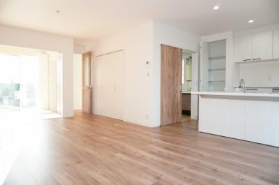 ☆約20.5帖LDKの特徴☆ ・アイランドキッチン風の  セミオープンシステムキッチン ・階段下に約1帖の収納スペース ・隣家からの視線に配慮した、  窓の位置と形 ・フラットに他の部屋とも繋がる
