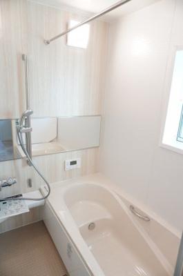 【システムバス】 小さなお子様との入浴にも使いやすい マルチステップ仕様バスタブ。 ゆったり過ごせるリラックスサイズ、 1年をとおして快適な換気暖房乾燥機付き! お天気に左右されずに洗濯物もできます。