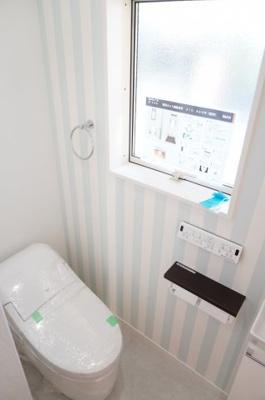 【LIXIL社製のポイント】 INAX製のアメージュシリーズ。 アクアセラミックを使っているので、 サッとひと拭き、お掃除ラクラクです! 勢いのよい水流で強力洗浄で エコロジー&エコノミーを実現!