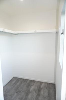 【東側洋室約7.5帖WIC】 約2帖程のスペースがあるウォークインクローゼット。 窓もあるので明るく、リモートワークなどにも活用できる 「すごもりストレージ」にも出来るかも!?