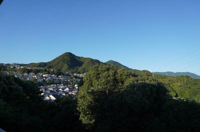 【四季を感じる】 四季の移ろい・爽やかな青空や風を感じられ 自然を愉しめるパノラマビュー。 毎日の暮らしに余裕を感じさせてくれる、 遮る物の無い開放的な眺望。 正面の山の中腹ぐらいに毘沙門天を拝めます