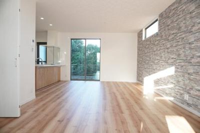 ・アイランドキッチン風の  セミオープンシステムキッチン ・階段下に約1帖の収納スペース ・隣家からの視線に配慮した、  窓の位置と形 ・フラットに他の部屋とも繋がる