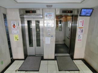 エレベーターは2基あるので通勤・通学ラッシュの時も混雑を軽減してくれるでしょう。 さらにカメラモニターがあり中を確認してから乗れるので安心です。