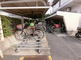 駐輪場も管理人さんの手が行き届いており整備されています。 駐輪場に限らず共用部はとても綺麗です。
