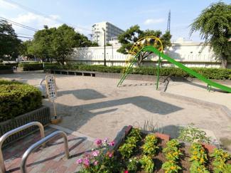 マンション敷地内とマンションの前にも公園があるので、 小さなお子様がいても安心して遊ぶことができます。
