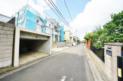 前面道路は北側幅員4.5メートルの私道です。