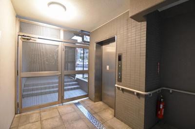 エレベーター付きのマンションです。 4階まで楽々上り下りできます。