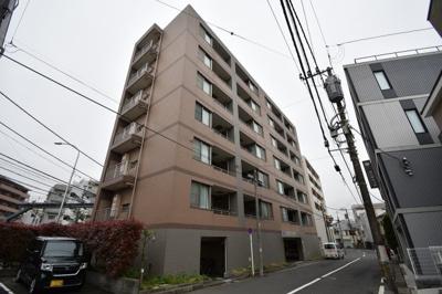 東急東横線「白楽」駅徒歩7分と好立地!平坦の立地です。 大型スーパー・病院至近。 東神奈川行きのバス停目の前の好立地。