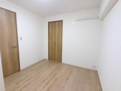 こちらのお部屋にも収納スペースがございます。