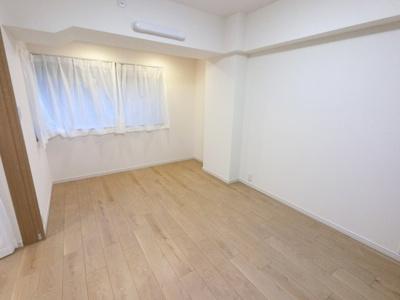 こちらの洋室を開けておけば広々としたリビングとしても使用可能です。