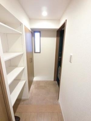 玄関部分には下足入れの他にも収納スペースが多数ございます。