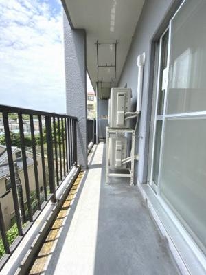 6階建て3階部分、バルコニースペースです。 晴れた日には洗濯物もすぐに乾きそうですね。