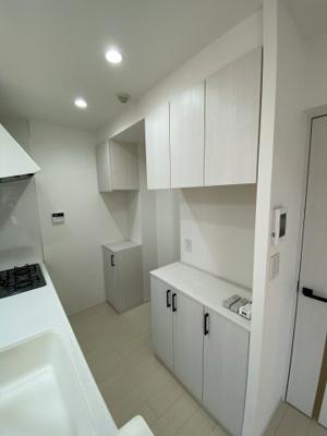キッチンスペースには嬉しい収納棚も付いています。