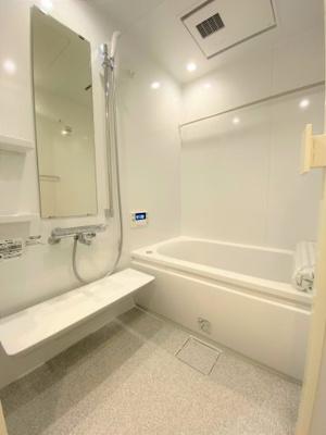 広々とした開放的な浴室スペースです。 便利な浴室乾燥機、追い炊き機能付きです。